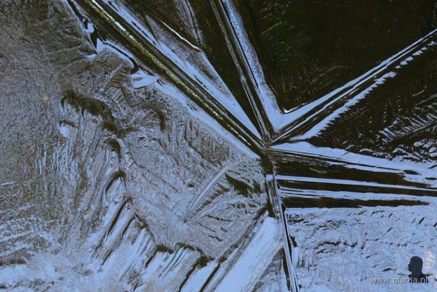 ijsstructuren op de vijver