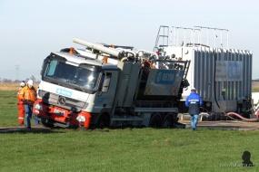 Een eerste inspectie rond de weggezakte truck