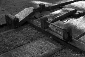 oude begraafplaats in zwartwit - 3