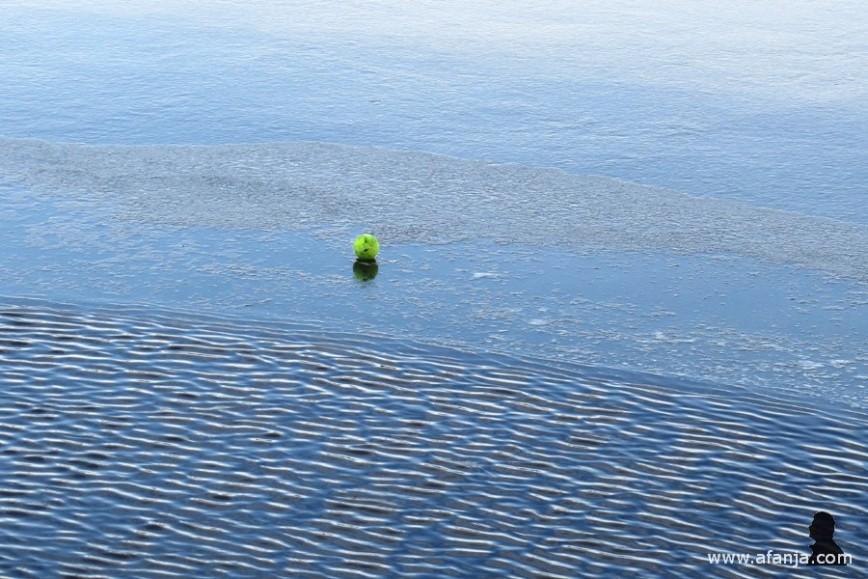 tennisbal op de rand van een windwak