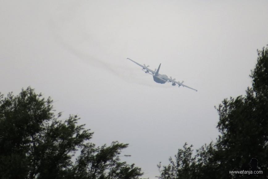 C-130 nadert de basis (1)