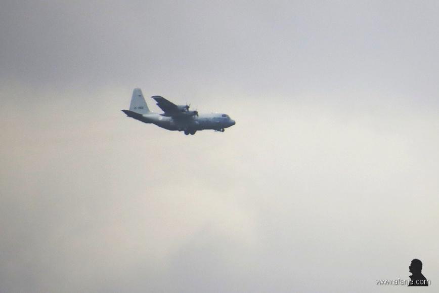 C-130 nadert de basis (2)
