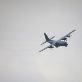 C-130 nadert de basis (4)