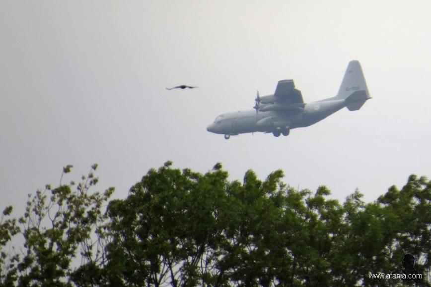 C-130 nadert de basis (6)