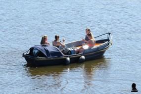 een boot vol verdwaalde meiden