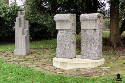 links: Joods monument - rechts: Zigeunermonument